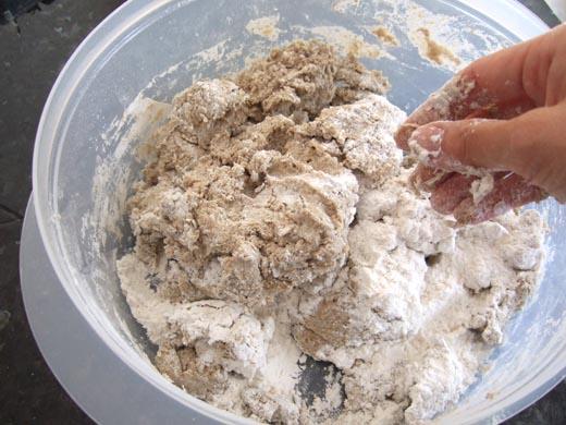 ライ麦パン:材料をまぜてます。