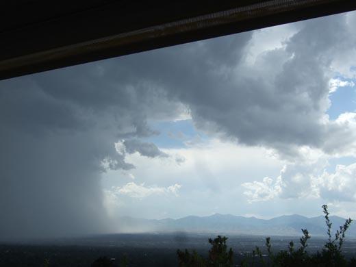 迫り来る雨雲