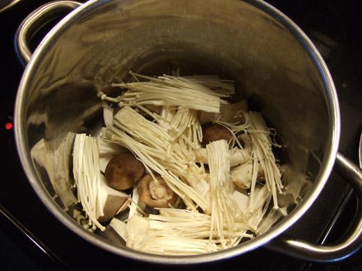 重ね煮・その1:まずはキノコ類。