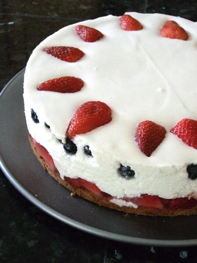 苺とブルーベリーのレアチーズケーキ